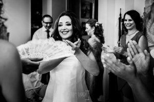 Boda en Almaraz, Cáceres, Marta y Samuel, realizada por Johnny Garcia, fotógrafo de bodas en Extremadura, Marta toca las palmas junto a sus maigas