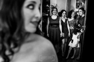 Boda en Almaraz, Cáceres, Marta y Samuel, realizada por Johnny Garcia, fotógrafo de bodas en Extremadura, las amigas de Marta llegan a casa para ayudarla a vestirse