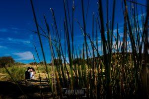 Boda en Almaraz, Cáceres, Marta y Samuel, realizada por Johnny Garcia, fotógrafo de bodas en Extremadura, un retrato de la pareja en exteriores