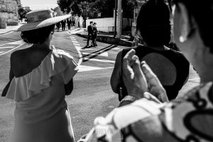 Boda en Almaraz, Cáceres, Marta y Samuel, realizada por Johnny Garcia, fotógrafo de bodas en Extremadura, Samuel va camino de la iglesia por las calles de Almaraz