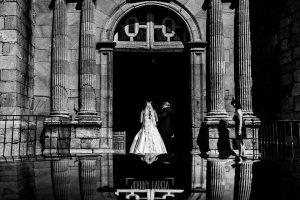 Boda en Almaraz, Cáceres, Marta y Samuel, realizada por Johnny Garcia, fotógrafo de bodas en Extremadura, Marta entra a la iglesia del brazo de su padre