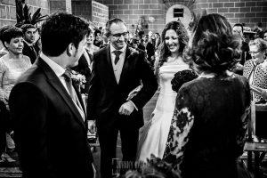 Boda en Almaraz, Cáceres, Marta y Samuel, realizada por Johnny Garcia, fotógrafo de bodas en Extremadura, Marta llega donde esta Samuel y se ven por primera vez en la Iglesia