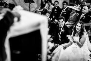 Boda en Almaraz, Cáceres, Marta y Samuel, realizada por Johnny Garcia, fotógrafo de bodas en Extremadura, Marta y Samuel emocionados mientras escuchan al hermano de Marta