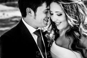 Boda en Almaraz, Cáceres, Marta y Samuel, realizada por Johnny Garcia, fotógrafo de bodas en Extremadura, Un retrato en primer plano de Marta y Samuel