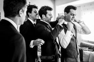 Boda en Béjar de Cristina y Santiago realizada por Johnny Garcia, los hermanos de Santiago le ayudan con la corbata