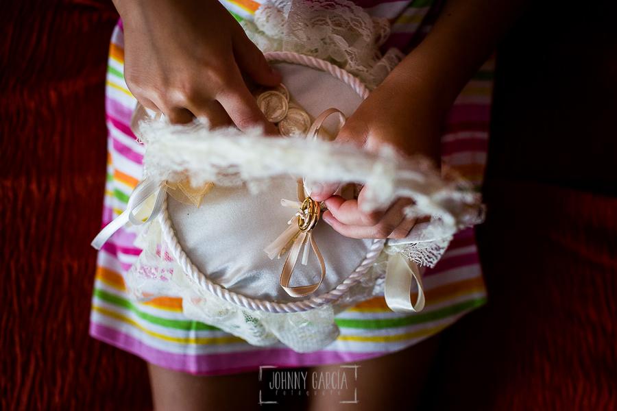 Boda en Béjar de Cristina y Santiago realizada por Johnny Garcia, las manos de una sobrina de Cristina juega con los anillos