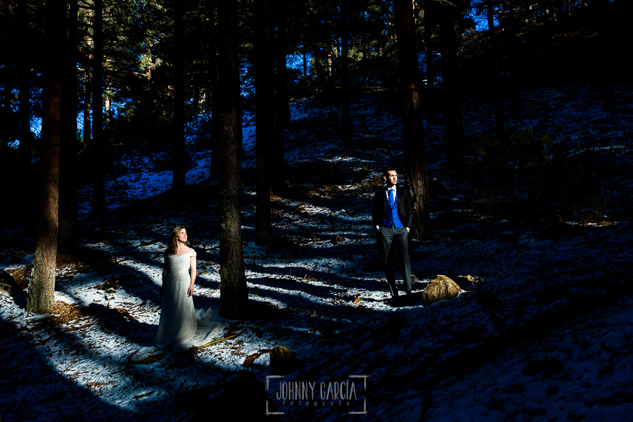 Boda en Béjar de Cristina y Santiago realizada por Johnny Garcia, Cristina y Santigo iluminados por la luz que entra entre unos pinos