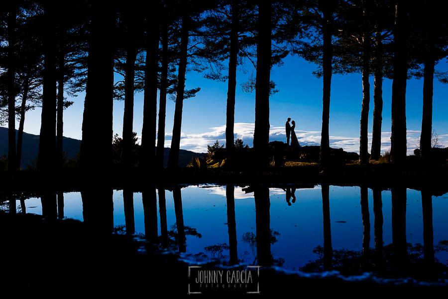 Boda en Béjar de Cristina y Santiago realizada por Johnny Garcia, retrato a contraluz y con el reflejo en un charco de Cristina y Santiago
