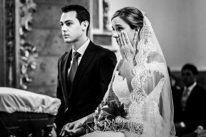 Boda en Béjar de Cristina y Santiago realizada por Johnny Garcia, Cristina se emociona en un momento de la ceremonia