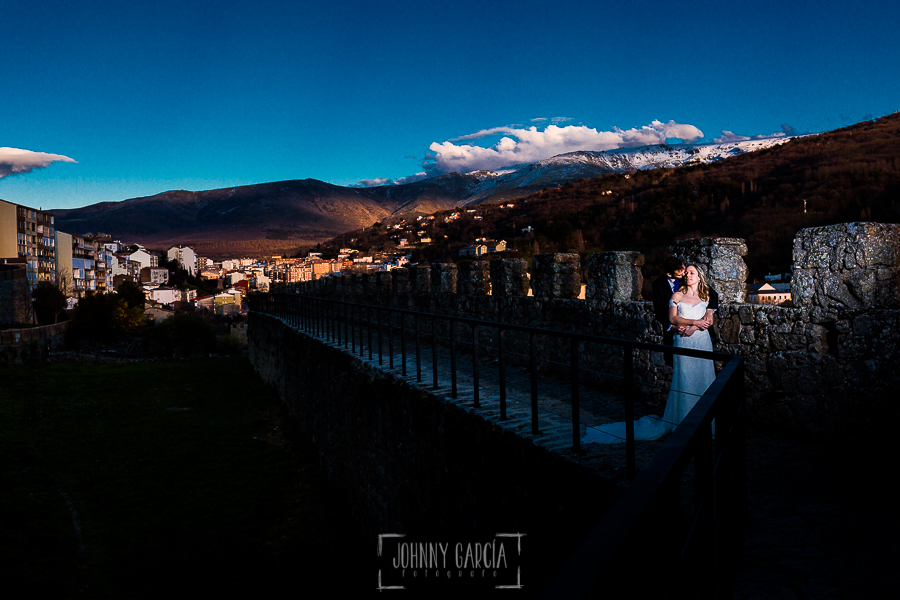 Boda en Béjar de Cristina y Santiago realizada por Johnny Garcia, la pareja en la muralla, al fondo la ciudad de Béjar