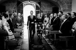 Boda en Béjar de Cristina y Santiago realizada por Johnny Garcia, Santiago entra en la iglesia del Castañar del brazo de su madre