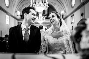 Boda en Béjar de Cristina y Santiago realizada por Johnny Garcia, una mirada llena de alegría entre la pareja en un momento de la ceremonia