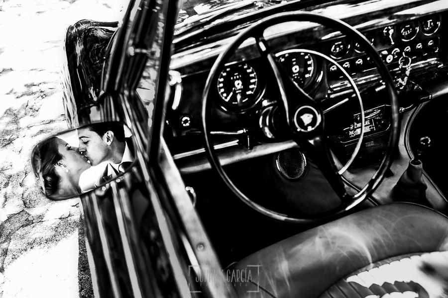 Boda en Béjar de Cristina y Santiago realizada por Johnny Garcia, un retrato de la pareja reflejado en el espejo de un coche antiguo
