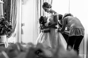 Boda en Béjar de Cristina y Santiago realizada por Johnny Garcia, la sobrina de Cristina la abraza mientras se viste