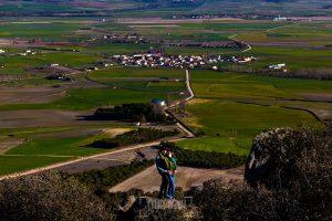 Pre boda en Ávila y Padiernos, de Tamara y Sergio, realizada por Johnny Garcia, fotógrafo de bodas en Ávila, un retrato de la pareja, al fondo el pueblo de Padiernos