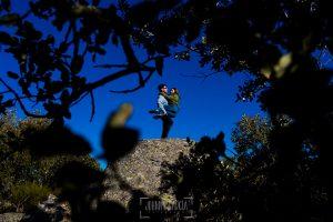 Pre boda en Ávila y Padiernos, de Tamara y Sergio, realizada por Johnny Garcia, fotógrafo de bodas en Ávila, Sergio coge a Tamara