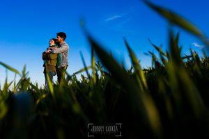 Pre boda en Ávila y Padiernos, de Tamara y Sergio, realizada por Johnny Garcia, fotógrafo de bodas en Ávila, Tamara y Sergio abrazados en un campo de Padiernos