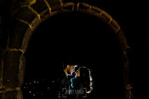 Pre boda en Ávila y Padiernos, de Tamara y Sergio, realizada por Johnny Garcia, fotógrafo de bodas en Ávila, Tamara y Sergio en una de las entradas de la muralla de Ávila