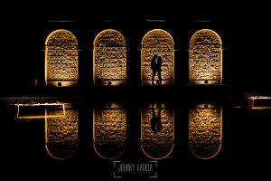 Pre boda en Ávila y Padiernos, de Tamara y Sergio, realizada por Johnny Garcia, fotógrafo de bodas en Ávila, La pareja bajo unos soportales iluminados