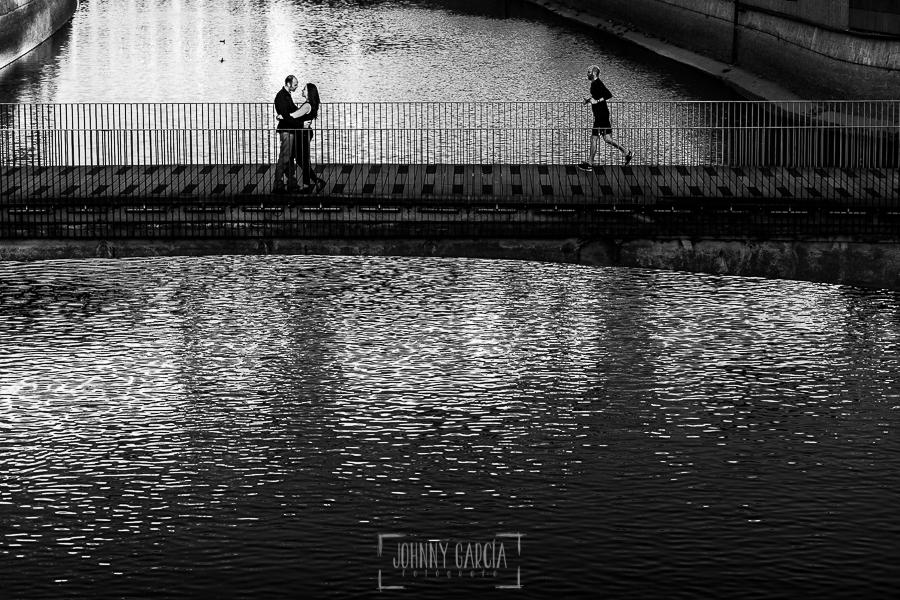 Pre boda en Madrid de Encarna y Jose Luis realizada por el fotógrafo de bodas en Madrid Johnny Garcia, Encarna y Jose Luis sobre uno de los puentes de Madrid Río