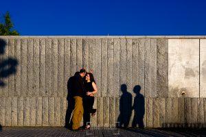 Pre boda en Madrid de Encarna y Jose Luis realizada por el fotógrafo de bodas en Madrid Johnny Garcia, Encarna y Jose Luis sobre un muro con sombras de personas que paseaban