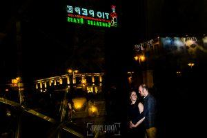 Pre boda en Madrid de Encarna y Jose Luis realizada por el fotógrafo de bodas en Madrid Johnny Garcia, Encarna y Jose Luis reflejados en una de las entradas al metro de Sol