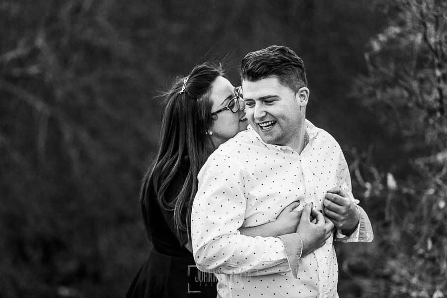 Pre boda en Monleón de María Eugenia y David realizada por el fotógrafo de bodas en Guijuelo Johnny García en 2016, Salamanca, María Eugenia abraza a David por la espalda