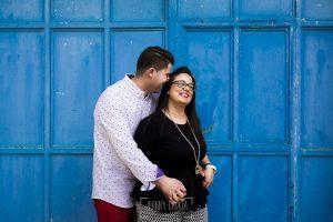 Pre boda en Monleón de María Eugenia y David realizada por el fotógrafo de bodas en Guijuelo Johnny García en 2016, Salamanca, la pareja se abrazan junto a una puerta con color azul en Monleón