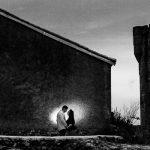 Pre boda en Monleón de María Eugenia y David realizada por el fotógrafo de bodas en Guijuelo Johnny García en 2016, Salamanca, la pareja junto a una fachada del pueblo salmantino , al fondo el castillo de Monleón, fotografía destacada