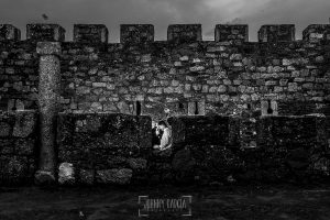 Pre boda en Monleón de María Eugenia y David realizada por el fotógrafo de bodas en Guijuelo Johnny García en 2016, Salamanca, la pareja entre las almenas del castillo de Monleón