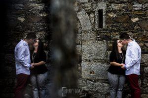 Pre boda en Monleón de María Eugenia y David realizada por el fotógrafo de bodas en Guijuelo Johnny García en 2016, Salamanca, Maria Eugenia y David en la pared del castillo