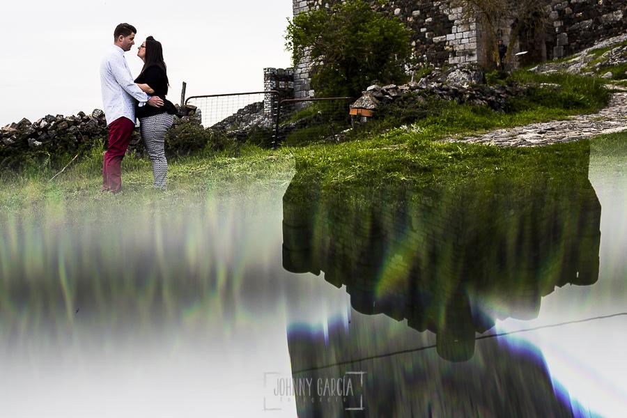 Pre boda en Monleón de María Eugenia y David realizada por el fotógrafo de bodas en Guijuelo Johnny García en 2016, Salamanca, la pareja cerca de la torre del castillo