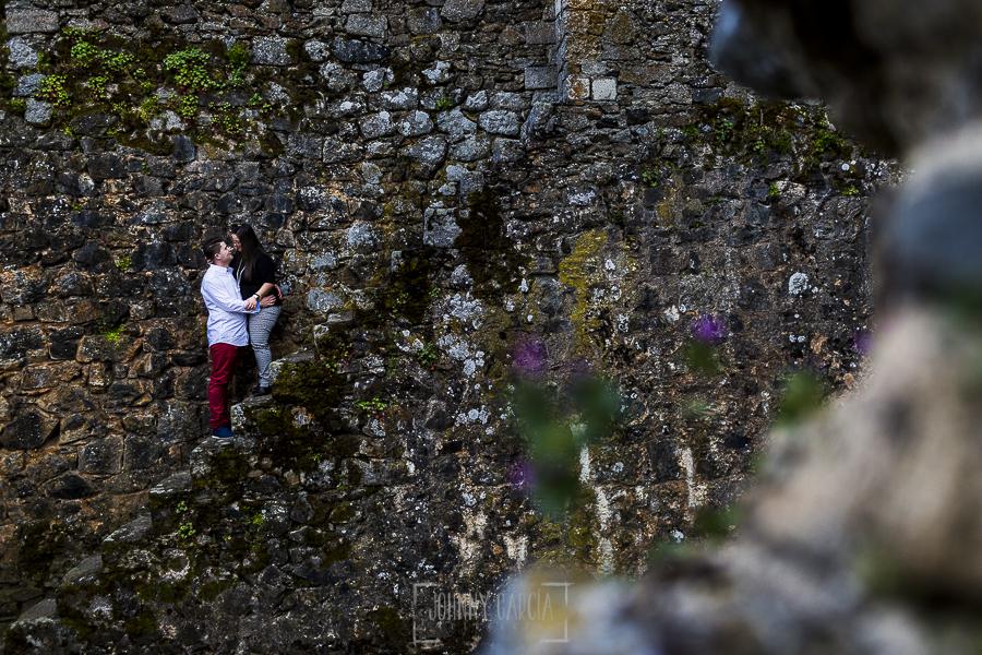 Pre boda en Monleón de María Eugenia y David realizada por el fotógrafo de bodas en Guijuelo Johnny García en 2016, Salamanca, la pareja en una de las escaleras de la muralla de Monleón