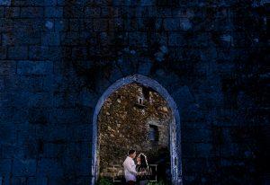 Pre boda en Monleón de María Eugenia y David realizada por el fotógrafo de bodas en Guijuelo Johnny García en 2016, Salamanca, María Eugenia y David en la entrada norte del pueblo de Monleón