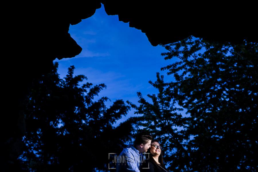 Pre boda en Monleón de María Eugenia y David realizada por el fotógrafo de bodas en Guijuelo Johnny García en 2016, Salamanca, la pareja vistos desde un hueco de la muralla de Monleón