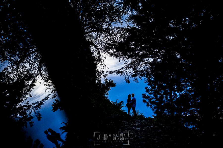 Pre boda en Monleón de María Eugenia y David realizada por el fotógrafo de bodas en Guijuelo Johnny García en 2016, Salamanca, la silueta de María Eugenia y David al atardecer entre unos árboles cerca de Monleón