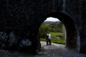 Pre boda en Monleón de María Eugenia y David realizada por el fotógrafo de bodas en Guijuelo Johnny García en 2016, Salamanca, la pareja en una de las entradas de Monleón