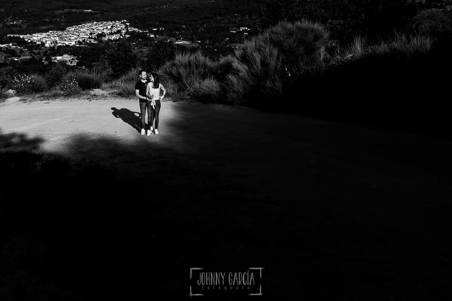 Pre boda en Bejar de Maria Jose y Jose Carlos realizada por Johnny Garcia en Bejar, Salamanca, en el 2016, Maria Jose y Jose Carlos subiendo al Castañar