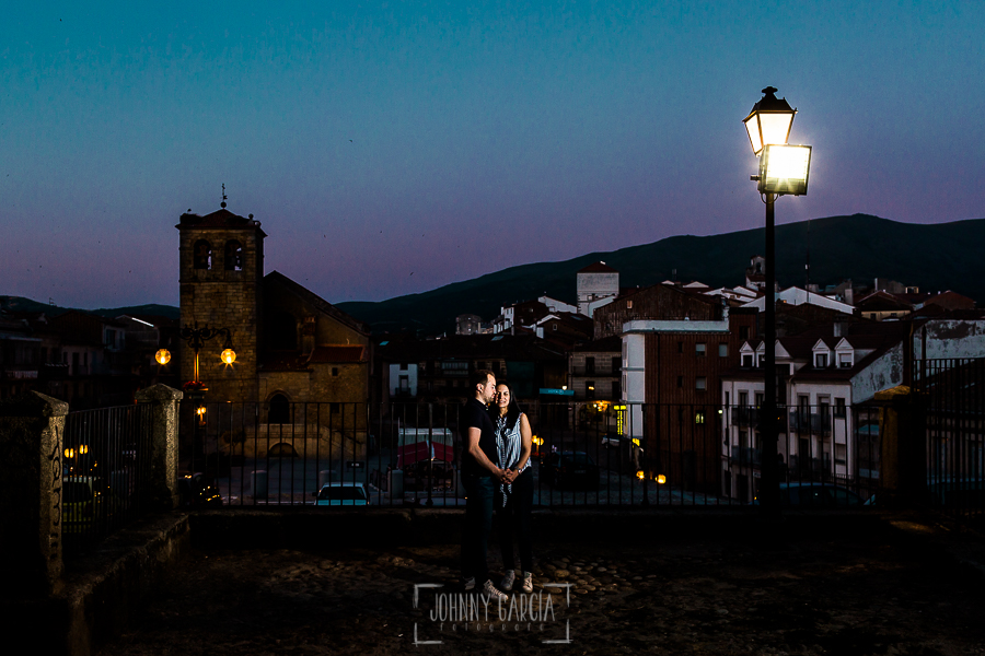 Pre boda en Bejar de Maria Jose y Jose Carlos realizada por Johnny Garcia en Bejar, Salamanca, en el 2016, fotografía a las puertas del instituto donde se conocieron en Bejar