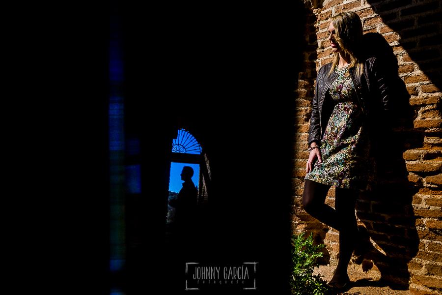Pre boda en Boadilla del Monte de Laura y Manuel realizada por el fotógrafo de bodas en España Johnny Garcia, Laura en una pared de las caballerizas, Manu reflejado en una ventana