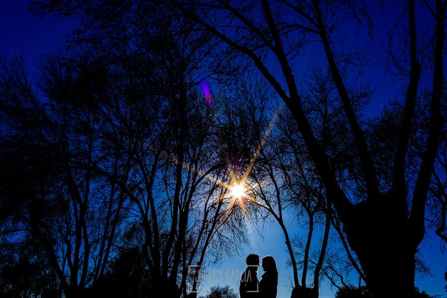 Pre boda en Boadilla del Monte de Laura y Manuel realizada por el fotógrafo de bodas en España Johnny Garcia, la silueta de la pareja entre unos árboles del monte de Boadilla