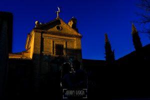 Pre boda en Boadilla del Monte de Laura y Manuel realizada por el fotógrafo de bodas en España Johnny Garcia, Laura y Manu delante de la fachada del convento de Boadilla del Monte