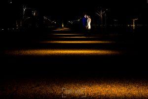 Pre boda en Boadilla del Monte de Laura y Manuel realizada por el fotógrafo de bodas en España Johnny Garcia, la pareja en los jardines del palacio por la noche