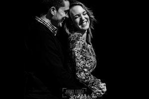Pre boda en Boadilla del Monte de Laura y Manuel realizada por el fotógrafo de bodas en España Johnny Garcia, retrato de la pareja, Manu abraza a Laura
