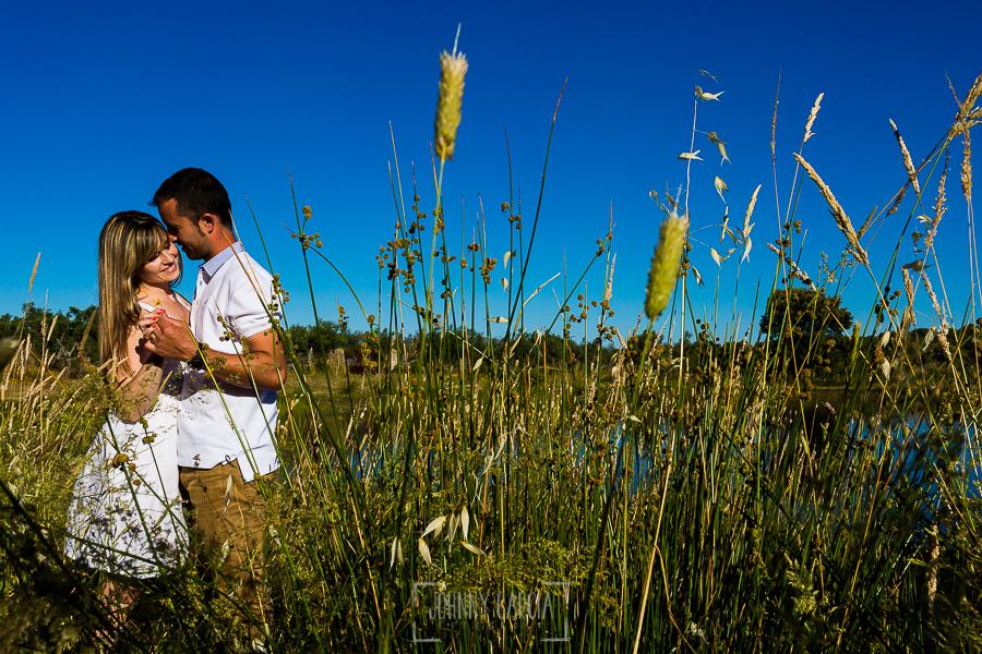 Pre boda en Mohedas de Granadilla de Esmeralda y Luis Miguel realizada por el fotógrafo de bodas en España Johnny Garcia en 2016, Esmeralda y Miguel entre unos juncos al lado de un estanque