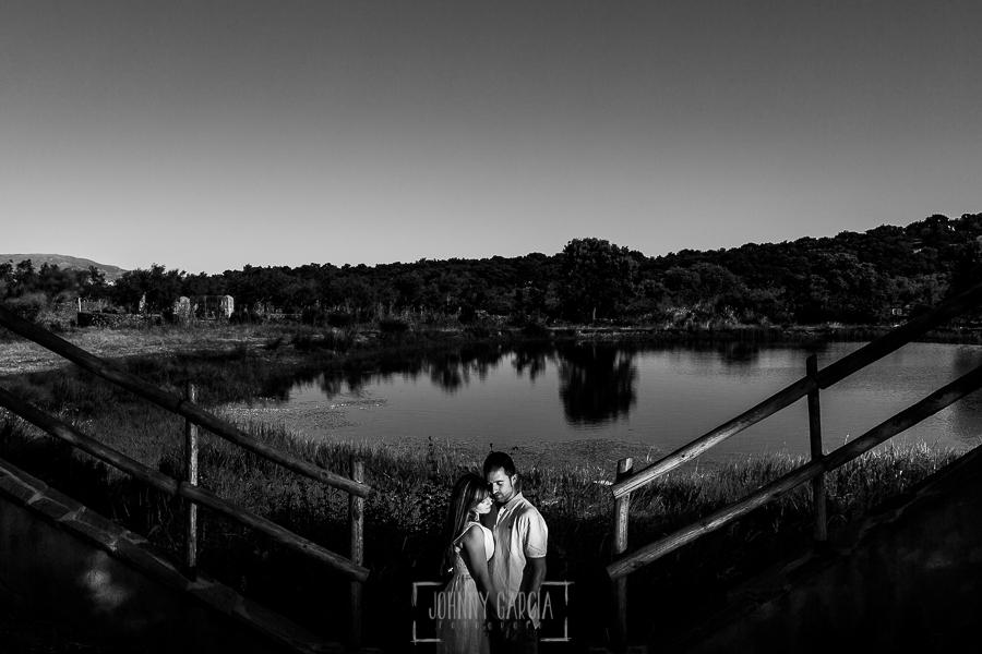 Pre boda en Mohedas de Granadilla de Esmeralda y Luis Miguel realizada por el fotógrafo de bodas en España Johnny Garcia en 2016, Esmeralda y Miguel entre dos vayas cerca del estanque
