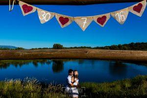 Pre boda en Mohedas de Granadilla de Esmeralda y Luis Miguel realizada por el fotógrafo de bodas en España Johnny Garcia en 2016, Esmeralda y Miguel al fondo, en primer plano un detalle artesanal realizado por Esmeralda para la boda
