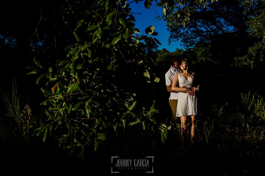 Pre boda en Mohedas de Granadilla de Esmeralda y Luis Miguel realizada por el fotógrafo de bodas en España Johnny Garcia en 2016, Esmeralda y Miguel abrazados en la sesión de fotos de la pre boda
