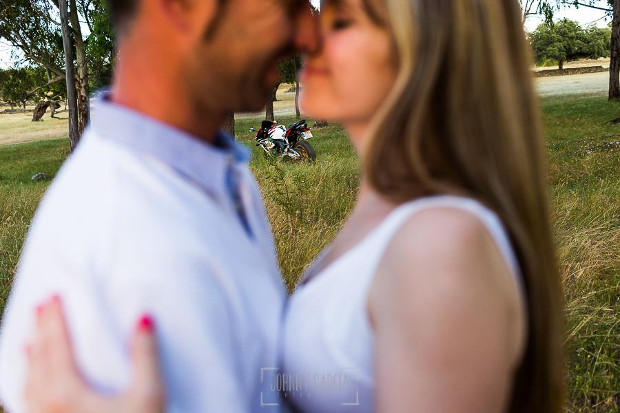 Pre boda en Mohedas de Granadilla de Esmeralda y Luis Miguel realizada por el fotógrafo de bodas en España Johnny Garcia en 2016, Esmeralda y Miguel en primer plano, al fondo la moto de Luis Miguel
