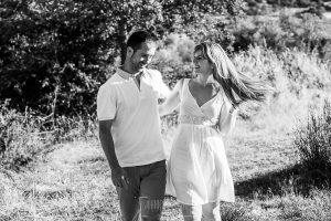 Pre boda en Mohedas de Granadilla de Esmeralda y Luis Miguel realizada por el fotógrafo de bodas en España Johnny Garcia en 2016, Esmeralda y Miguel paseando cerca de Mohedas de Granadilla